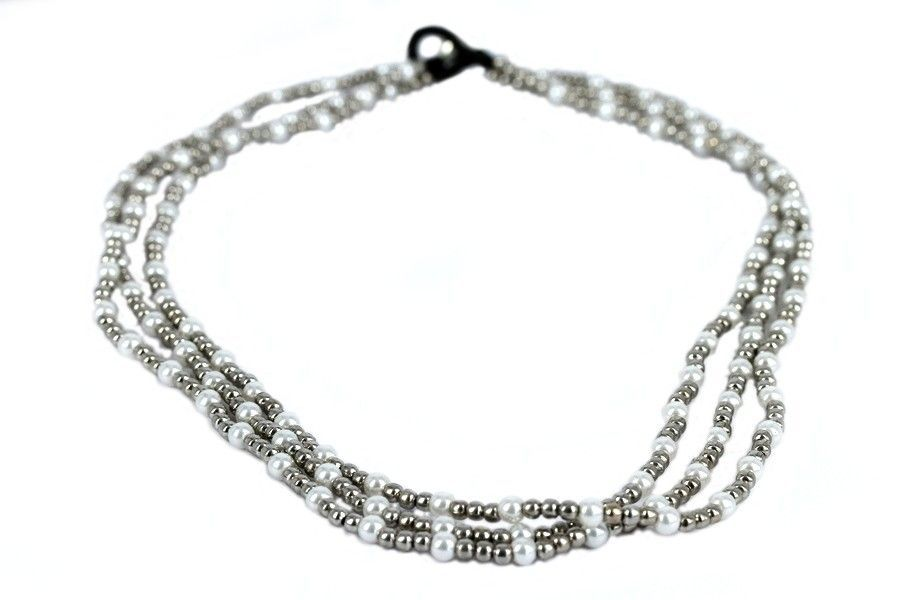 Colliers. On te propose un grand choix de colliers fantaisie super sympas à petits prix. Nous avons des argentés, dorés, à strass, bref, il y en a pour tous les styles et toutes les occasions. Découvre la gamme.