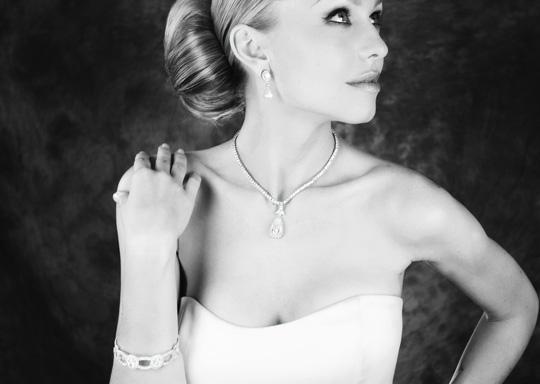 Mariée en robe de mariage et ses bijoux
