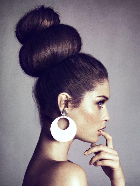 Quelles boucles oreilles avec un chignon